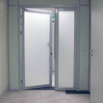 Алюминиевые двери в общественных зданиях.