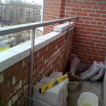 Кирпичная кладка на балконе в Томске.
