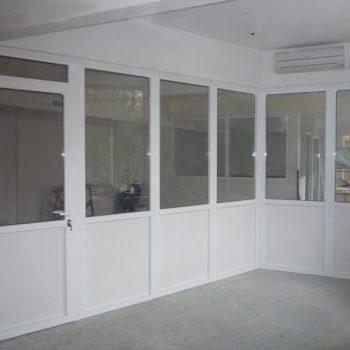 Алюминиевые двери в системе офисных перегородок.