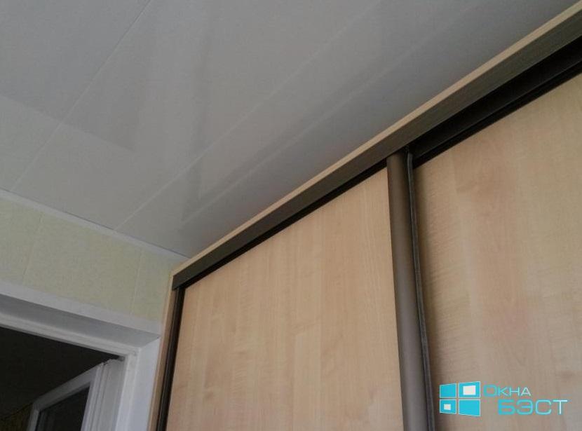Отделка балкона в Томске. Шкаф-купе на балкон, изготовление по индивидуальным размерам. Отделка балкона пластиковыми панелями, недорого.