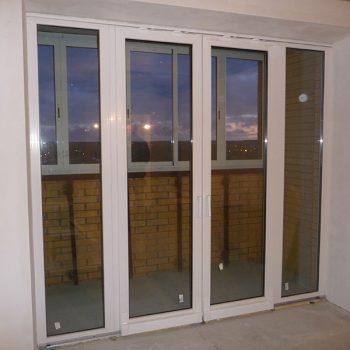 Пластиковые двери с остеклением на балконе.