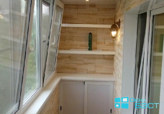Внутренняя отделка балкона Томск. Отделка балкона декоративным камнем под ключ. Реечный потолок на балконе, остекление пластиковым профилем.