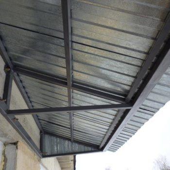 Крыша на балкон из оцинкованного гофролиста.