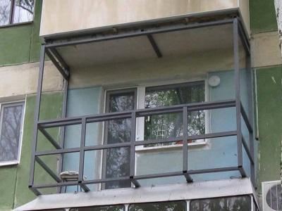 Остекление балкона с выносом по плите или парапету. Расширение балкона без перепланировки, качественное остекление и отделка балкона, фото.