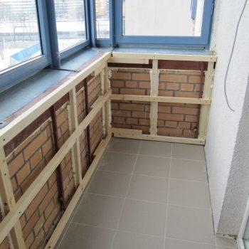 Установка обрешетки для утепления балкона.