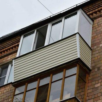 Остекление балкона с выносом по парапету.