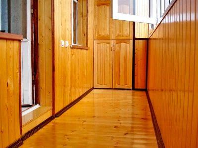 Внутренняя отделка балконов евровагонкой, отделка лоджий вагонкой с эмалью.