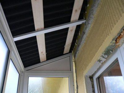 Крыша над балконом последнего этажа, установка крыши на балкон из ондулина. Качественное исполнение, балконы под ключ с фото.